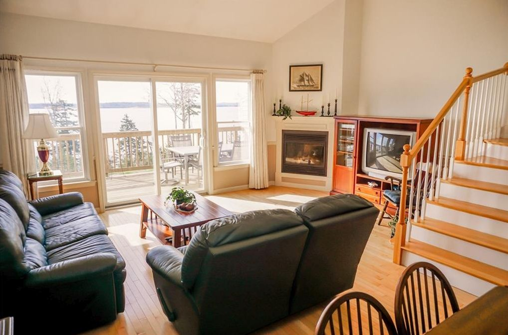 Oceanfront Condo with 4-bedroom 3.5 baths Private Guest Quarters Ocean Views